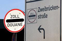 Schild Zoll - Douane - Hinweis auf das Zollamt Zweibrückenstrasse.