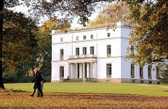 Jenischhaus im Jenischpark - Herbst in Hamburg; Spaziergänger in der Herstsonne; Parks in der Hansestadt Hamburg - Fotos aus Hamburg Othmarschen.