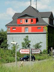 Gebäude des Hamburger Zolls auf der Veddel - im Vordergrund Schilder die die Zollgrenz markieren.
