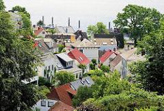 Dächer der Häuser in den verwinkelten Gassen und Treppen von Hamburg Blankenese.