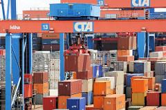 Transport mit Portalkranen auf dem Lagergelände des Container Terminals Altenwerder.