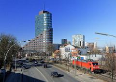 Channel-Tower in HH-Harburg; Strassenverkehr - Güterlokomotive auf den Bahngleisen; Bürogebäude am Schellerdamm.