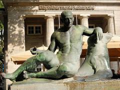 Männliche Bronzeskulptur am Mönckebrunnen - Elbphilharmonie Kulturcafe, Mönckebergstrasse - Hamburg Altstadt.