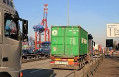 Lastwagenkolonne mit Containern hinter der Zollstation Waltershof auf der Fahrt zu den Continerterminal Burchardkai im Hamburger Freihafen.