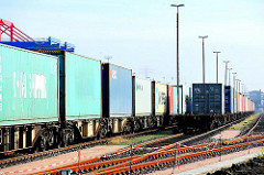 Güterzüge mit Containern beladen - Gleisanlage Dradenau, Hamburg Waltershof - beladene Güterzüge in Hamburger Hafen.