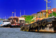 Blick in den Spreehafen von Hamburg Wilhelmsburg - Hausboote und Arbeitsschiffe liegen am Potsdamer Ufer.
