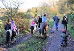 Ausflug im Niendorfer Gehege - Kinderreiten auf Ponys vom Ponyhof - Fotos aus dem Stadtteil Hamburg Niendorf.