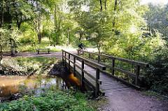 Holzbrücke über die Berner Au - Fotos Hamburger Naherholungsgebiete und Flüsse.