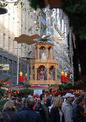 Weihnachtsmarkt in der Hamburger Altstadt - Weihnachtsstände in der Spitaler Strasse - Weihnachtspyramide am Glühweinstand.