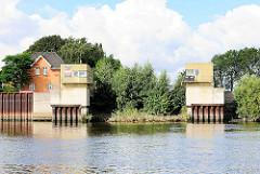 Ehem. Einfahrt zur Müggenburger Kanal Schleuse in Hamburg Veddel - Blick von der Norderelbe; lks. das ehem. Schleusenwärtergebäude.