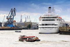 Kreuzfahrtschiff SILVER CLOUD am Kreuzfahrtterminal Hafencity Hamburg - Barkassen auf Hafenrundfahrt - im Hintergrund Hafenkräne an der Norderelbe.