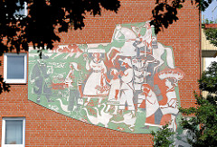 Wandbild / Fresko an einer Hausfassade - Vierländer Trachten; Bilder aus dem Stadtteil Hamburg Hamm.
