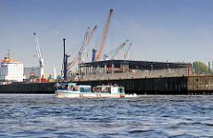Blick zur Baustelle des Kreuzfahrtterminal Steinwerder am Kaiser-Wilhelm-Hafen; Barkasse / Fahrgastschiff der Hamburger Hafenrundfahrt.
