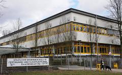 Schulen in Hamburg Staatliche Gewerbeschule 15 Fertigungs- und Flugzeugtechnik Schulgebäude Eingang.