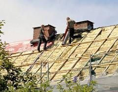 Modernisierungsarbeiten auf einem Dach eines mehrstöckigen Wohngebäudes in Hamburg Barmbek Nord.