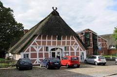 Historische Fachwerkarchitektur und Modernes Gebäude im Fachwerkstil - Architekturbilder aus Hamburger Stadtteilen - Neugraben Fischbek.