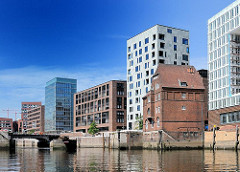 Historisches Zollgebäude am Ericuskanal im Hamburger Stadtteil HAFENCITY. Moderne Bürogebäude an der Promenade des Fleets - die Ericusbrücke ist abgebaut, demontiert - die historische Drehbrücke wird restauriert.
