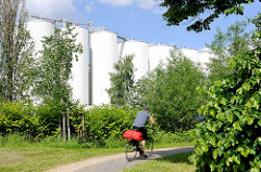 Radweg am Veringkanal - hohe Silos am Kanalufer; Industriearchitektur.