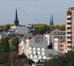 Blick auf die St. Pauli Hafenstrasse - im Hintergrund die Kirchtürme der Kirchen St. Pauli und die Doppeltürme der Altonaer St. Petrikirche.