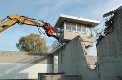 Niederreissen der Mauer an der Justizvollzugsanstalt Hamburg Neuengamm - Abriss der Überwachungsanlage / Wachturm.