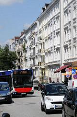 Autoverkehr in der Geschäftsstrasse Mühlenkamp - Altbauten mit Balkon an der verkehrsreichen Strasse.