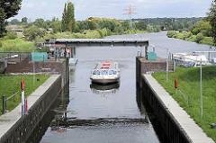 Ein Fahrgastschiff fährt in die geöffnete Krapphofschleuse ein.