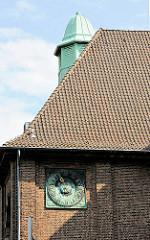 Kupfer-Sonnenuhr und Kupferturm - ehem. Schulgebäude Hohe Weide / Felix Dahn Strasse in Hamburg Eimsbüttel.