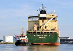 Heck der RIECKMERS TOKYO und einer der beiden Hafenschlepper, die das Schiff in die Rethe und Reiherstieg dirigieren.