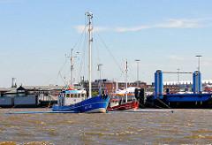 Fischerboote auf der Elbe vor den Airbuswerken auf Hamburg Finkenwerder.