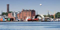 Blick über die Billwerder Bucht nach Hamburg Rothenburgsort - historisches Speichergebäude und Wasserspiel / Wasserturm - historische Industriearchitektur in der Hansestadt Hamburg.