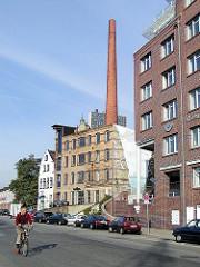 Historische und moderne Gebäude in Hamburg Altona - Grosse Elbstrasse, Fabrikschornstein +  - ehem. Maschinenfabrik Groth & Degenhardt, erbaut 1880.