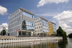 Neubauten am Ufer der Osterbek - Gelände der ehem. Maschinenfabrik Kampnagel - Kanus auf dem Wasser.