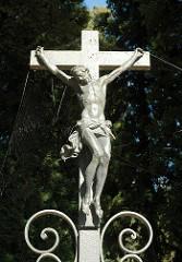 Kruzifix am Eingang des Nienstedter Friedhofs - SChmiedeeisernes Kreuz mit gekreuzigtem Christus / Friedhofseingang.