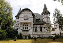 Villa mit Giebeltürmen, Terrasse und Balkon in der Wellingsbüttler Landstrasse.