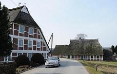 historische Fachwerkhäuser Reetdachhäuser an einer Strasse in Kirchwerder.
