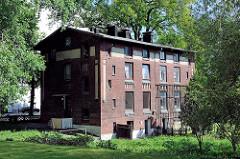 Altes Wohngebäude - mehrstöckiges Ziegelgebäude im Hafengebiet von  Hamburg Wilhelmsburg.