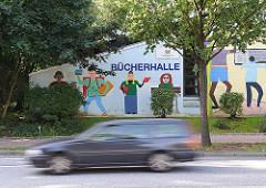 Bücherhalle mit Wandmalerei - lesende Kinder, Schulkinder mit Buch - Hamburg Farmsen Berne.