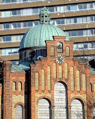 Kupferne Kuppel der Kapelle des historischen Gebäudes Schröderstift. Im Hintergrund das Geomatikum.