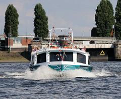 Hafenrundfahrt mit Hamburgtouristen durch den Hamburger Hafen - Fahrgastschiff Allegra vor der Ellerholzschleuse.