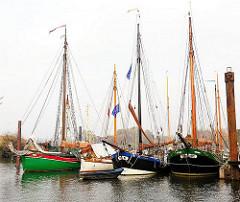 Historische Schiffe im Finkenwerder Hafen - Bilder aus der Hafenstadt Hamburg.
