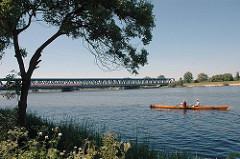 Eisenbahnbrücke über die Elbe - Ruderboot auf der Süderelbe - Elbufer vor Hamburg Neuland.