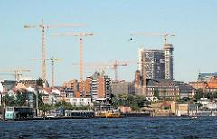 Blick von der Elbe Richtung Hamburg St. Pauli; Baukräne ragen in den Himmel. (2006)