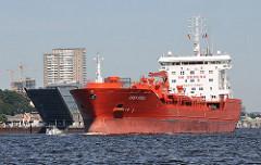 Das Tankschiff STEN FJELL läuft aus dem Hamburger Hafen aus - es fährt auf der Höhe des Bürogebäudes Dockland auf der Elbe.