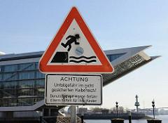 Warnschild Achtung Unfallgefahr im nichtgeschützten Kaibereich.