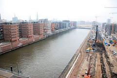 Blick auf den Sandtorhafen vom Kaispeicher - am Kaiserkai stehen Baukräne - Wohngebäude und Geschäftshäuser entstehen in der Hafencity. (2007)