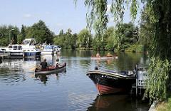 Sportboothafen bei Curslack - Dove Elbe - Tuckerboot Hummel an der Anlegestelle - Kanus auf dem Wasser.