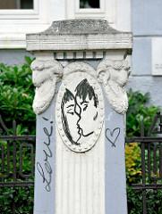 Zaun / Steinsäule mit Widderkopf - Graffiti, Herz / Liebe - küssendes Paar.