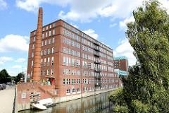 Altes Fabrikgebäude mit Schornstein am Mittelkanal in Hamburg Hamm.