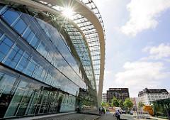 Front vom Berliner Bogen / Architektur Bothe, Richter, Teherani - die Sonne scheint durch das Glasdach; im Hintergrund Häuser am Heidenkampsweg.