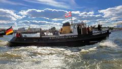 Parade mit historischen Schiffen der Stiftung Maritim und Museumhafen Oevelgönne. Zolldampfbarkasse PRÄSIDENT SCHAEFER in Fahrt auf der Elbe.